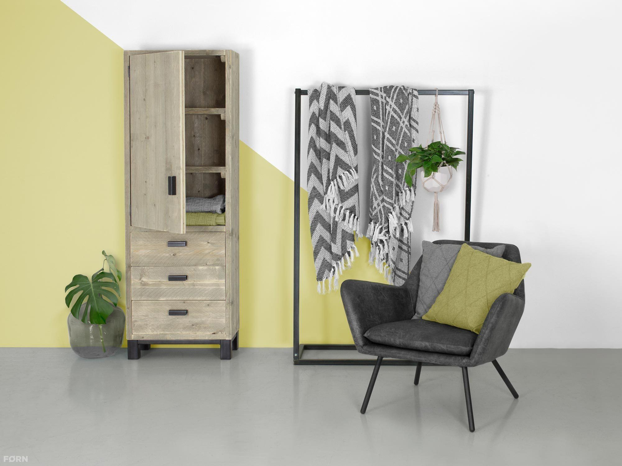 industriedesign schrank bernd mit stahlbeinen. Black Bedroom Furniture Sets. Home Design Ideas