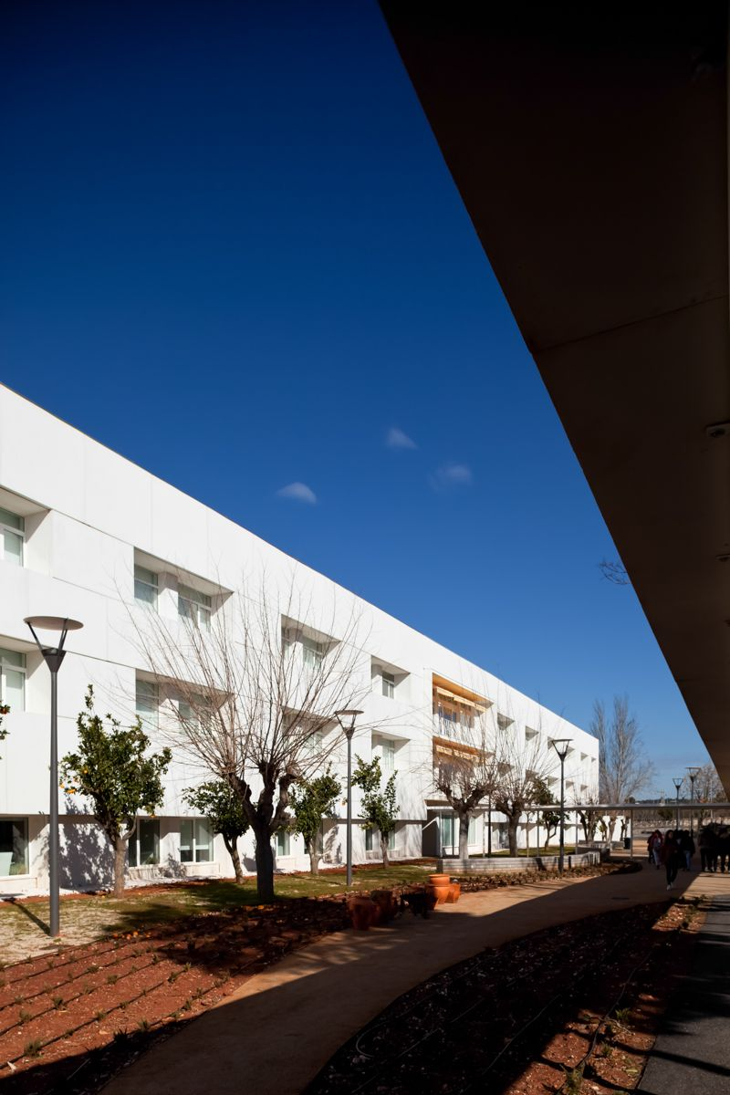 Rainha Santa Isabel School / José Laranjeira / Estremoz PT Photography by Francisco Nogueira / www.francisconogu... #architecture #joselaranjeira #paqueescolar #portugal #photography