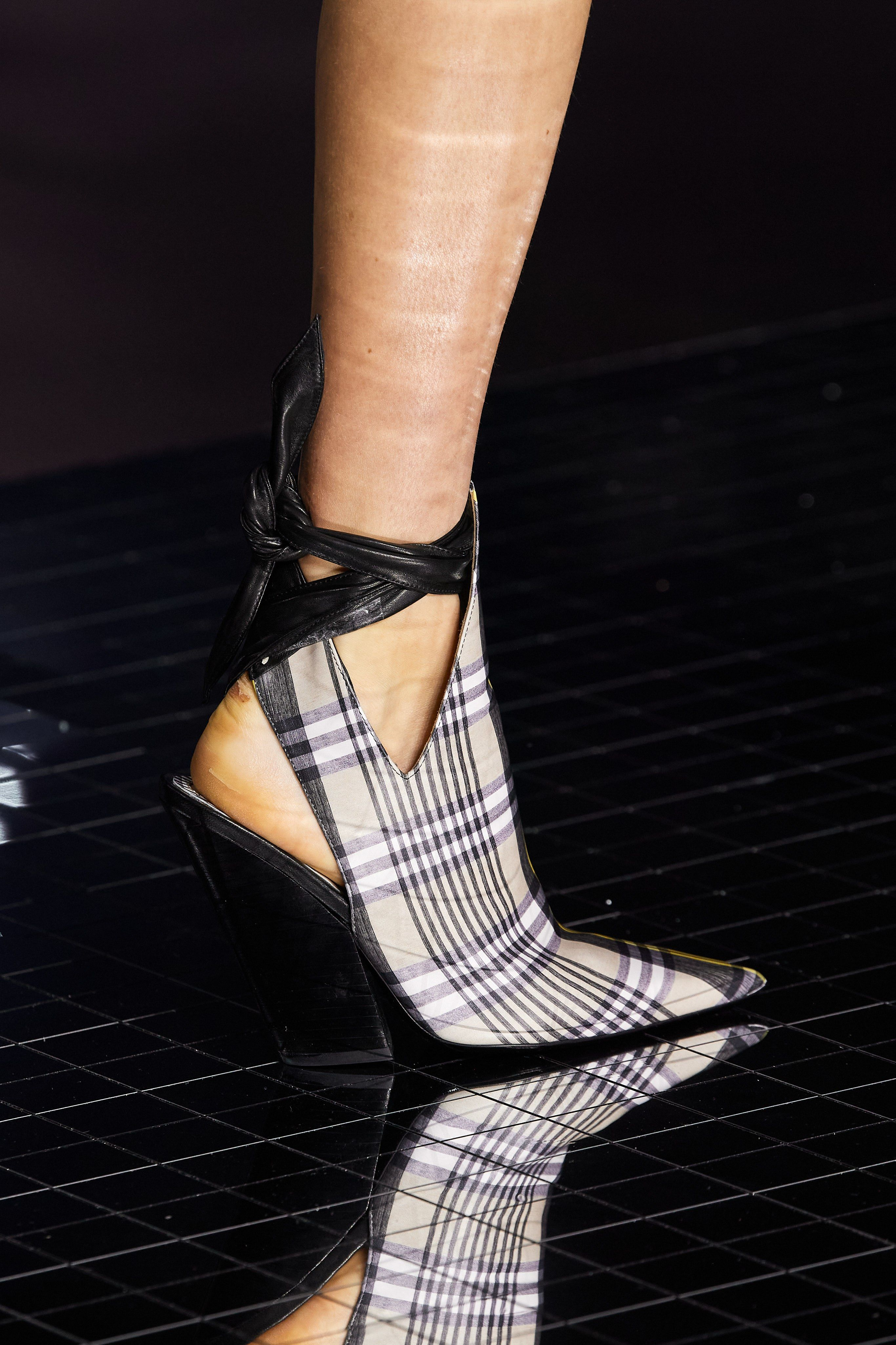 Burberry Fall 2020 Ready To Wear Fashion Show In 2020 Edgy Shoes