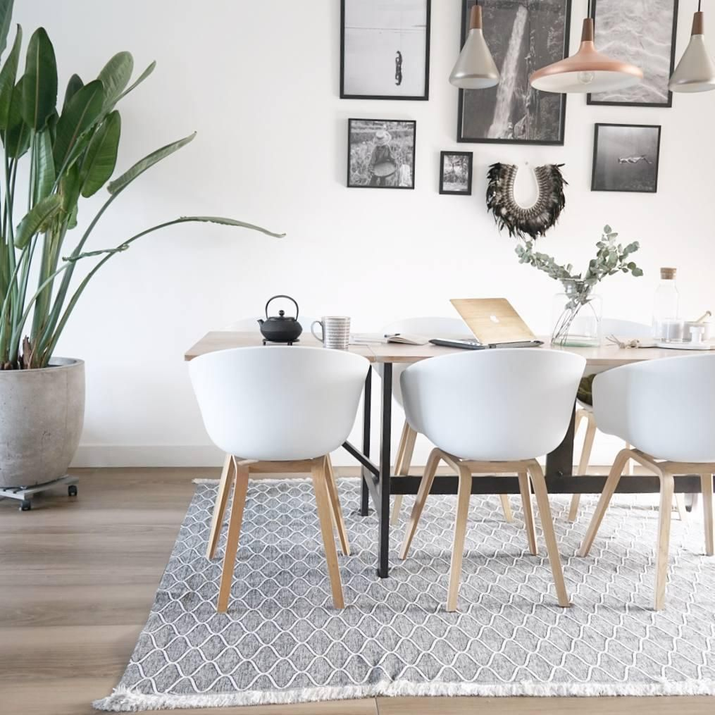 Die Weißen Kunststoff Stühle Im Skandi Design Sind Absolute