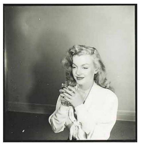 Earl Theisen photographs Marilyn Monroe