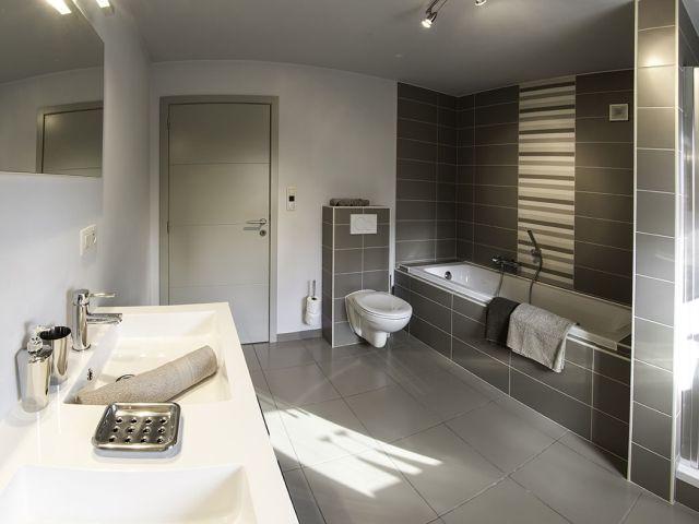Badkamer • modern • bad • dubbele lavabo • Foto: www.thuisbest.be ...
