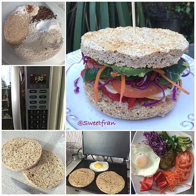 El pan es el mismo que el pan rápido al micro que les subí hace unos días solo que para mi almuerzo doble las cantidades. Pan de avena express. Ingredientes para 1 pan grande. (2mitades) -4 cdas de avena en polvo (30grs) -2 cda de salvado de trigo (afrecho) -2 clara de huevo (bien grande) -1 cdta polvos de hornear. -1 cda de vinagre (cualquiera, potencia los polvos de hornear y ayuda a que suban mas las preparaciones) -condimentos como sal, ajo, oregano, etc (opcional, si quieren pan…