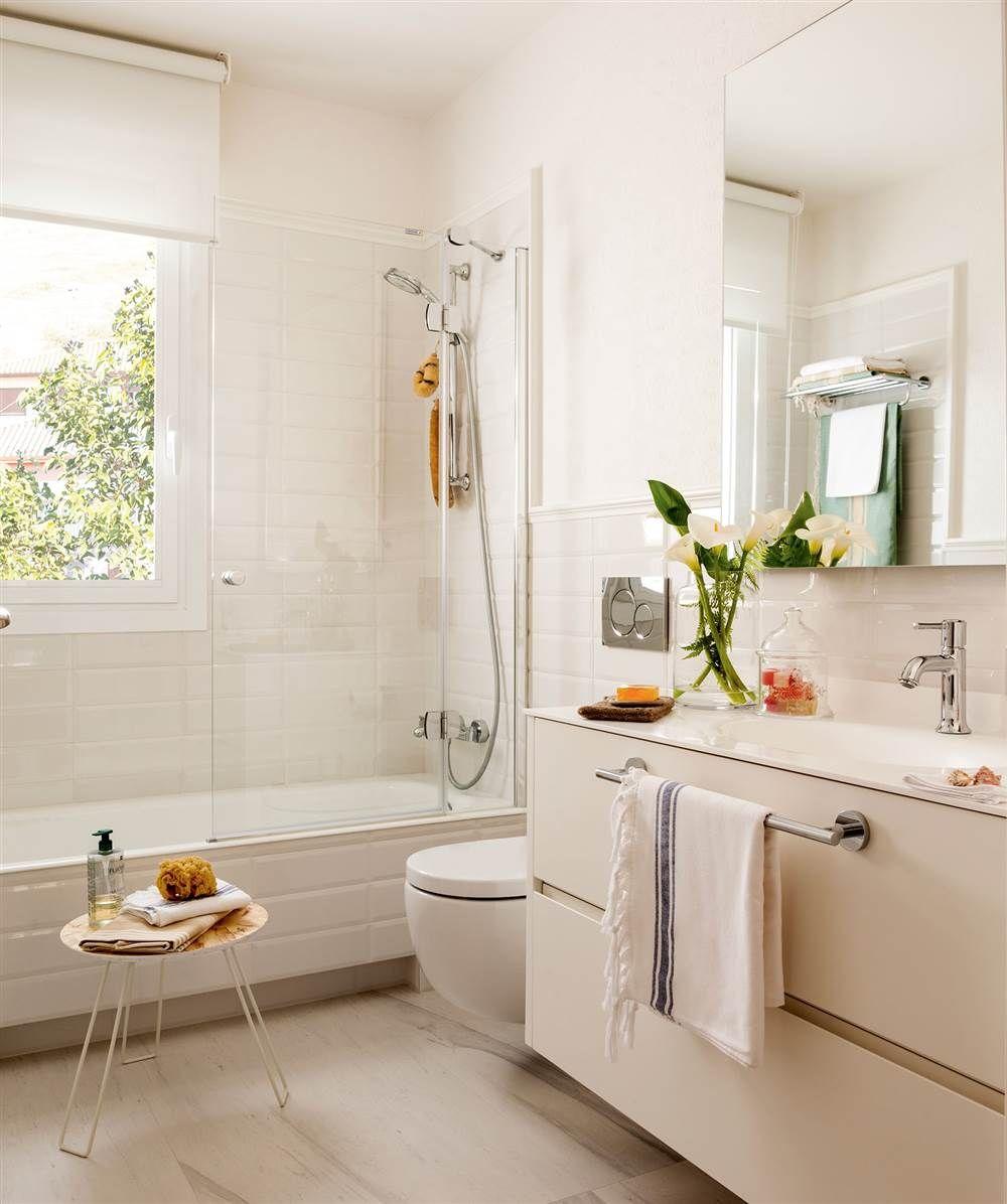 Baño en blanco con paredes alicatadas a media altura y pintadas y ...