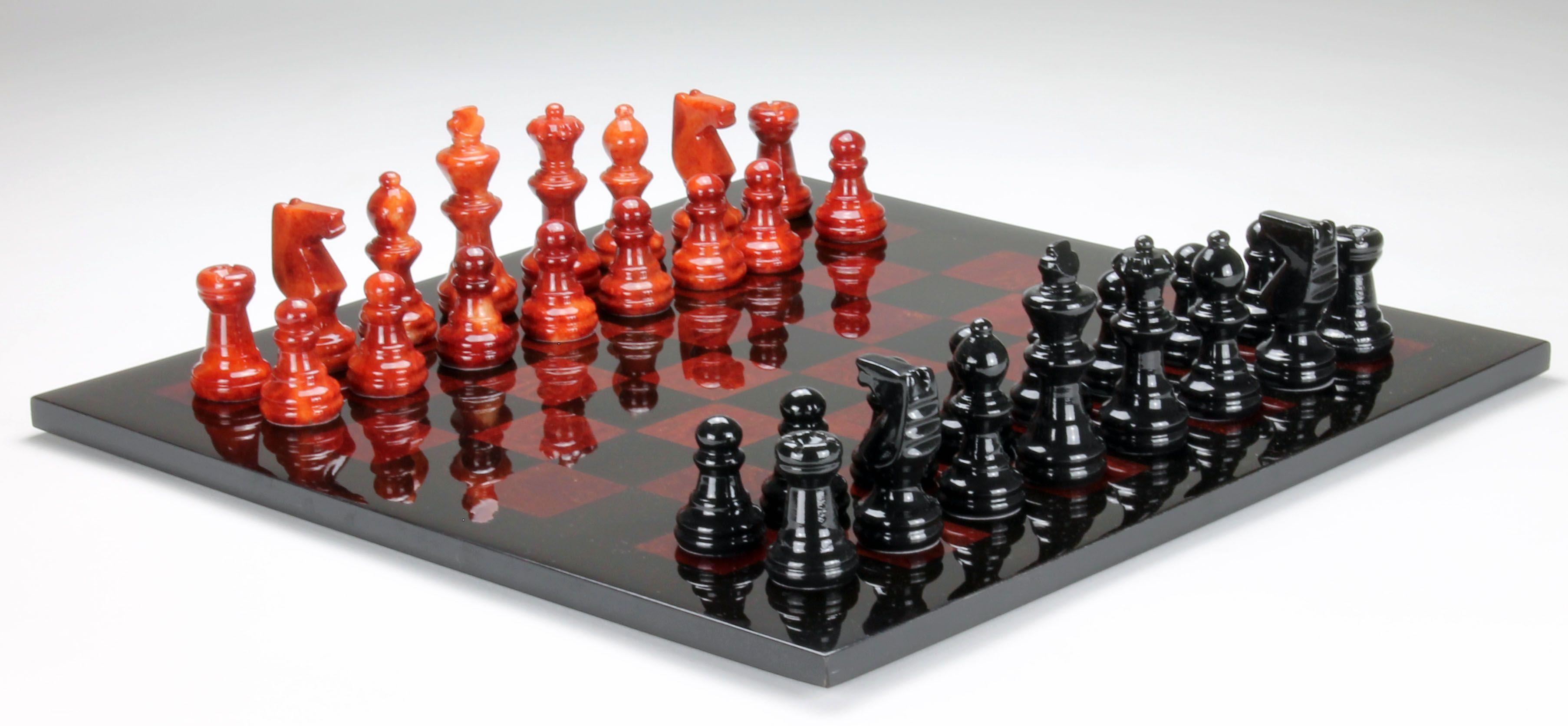 Scacchi e scacchiera in alabastro Alabaster chess set Scacchi