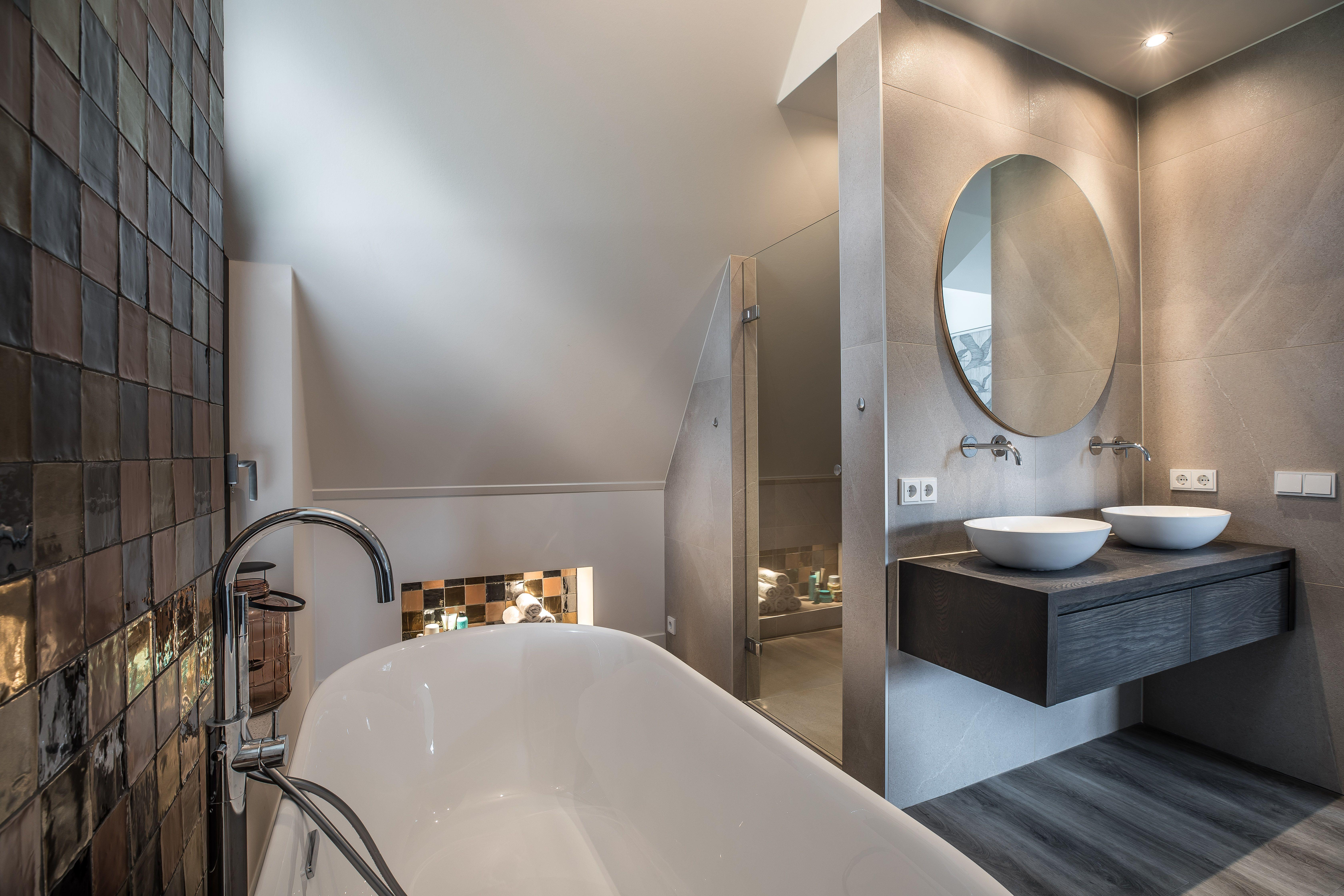 Natuursteentotaalbv moderne badkamer met natuurlijke tinten op