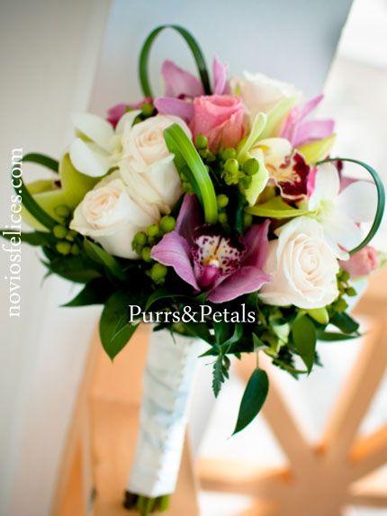 Ramo de novia con rosas blancas, rosas rosa pastel, rosas color rosa luminoso y exóticas orquídeas