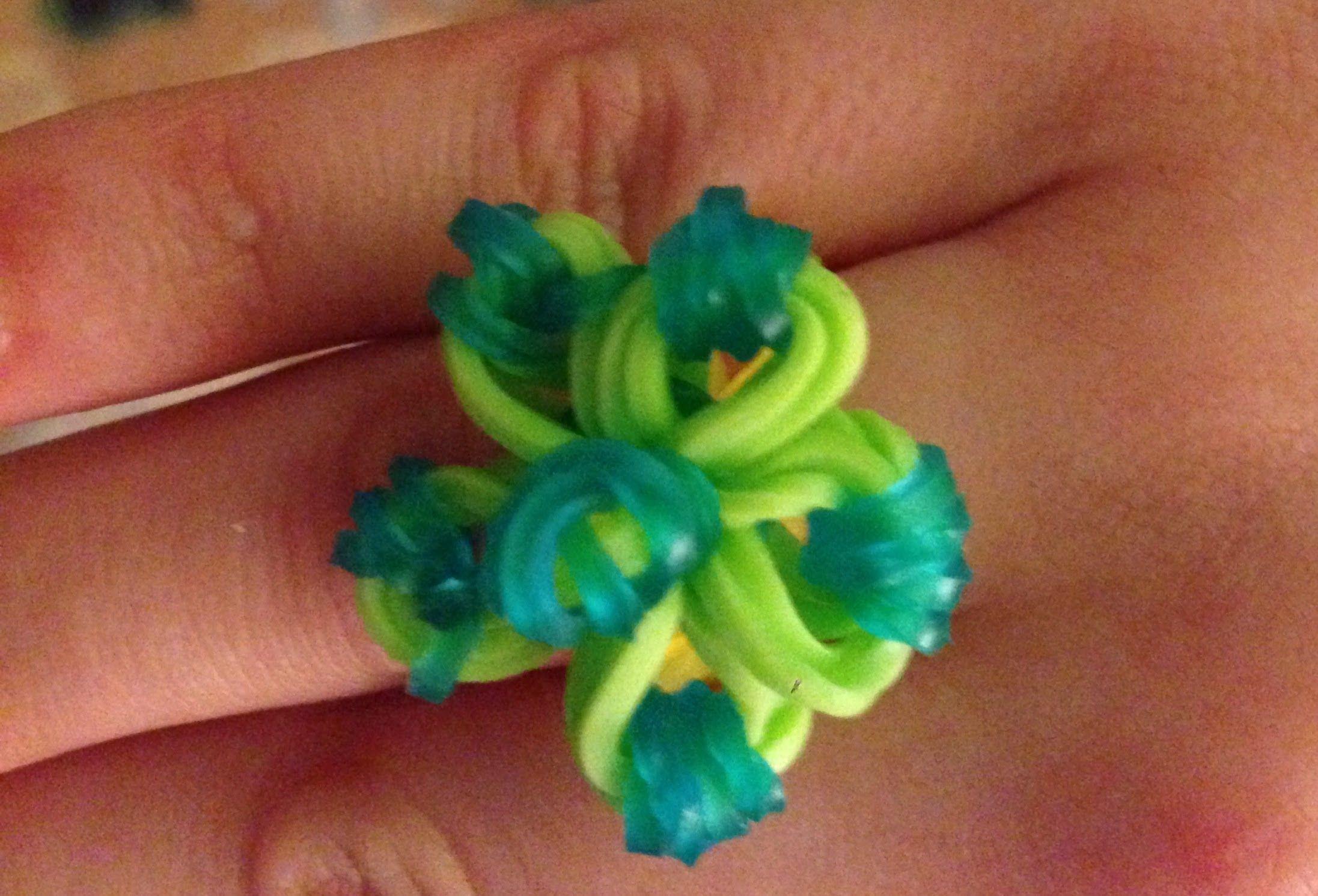f058cdf5e67a Cómo hacer un anillo de gomitas. Rainbow Loom ring   Pulceras ...