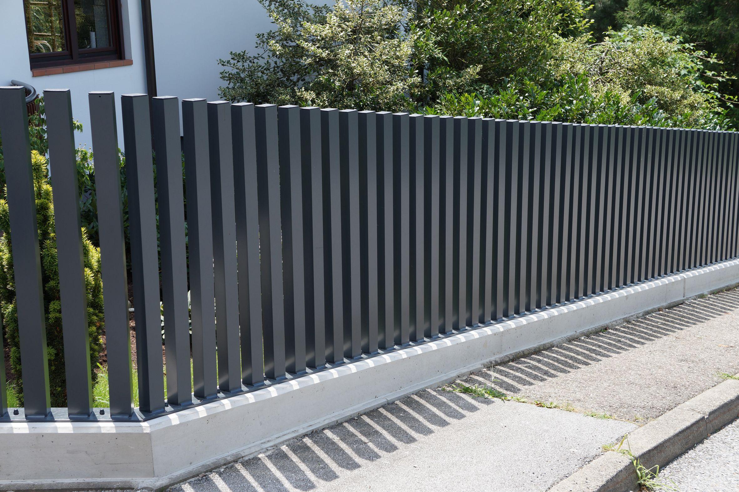 Ein eleganter zaun mit einem au ergew hnlichen design dieser zaun aus aluminium ist ein - Design gartenzaun ...