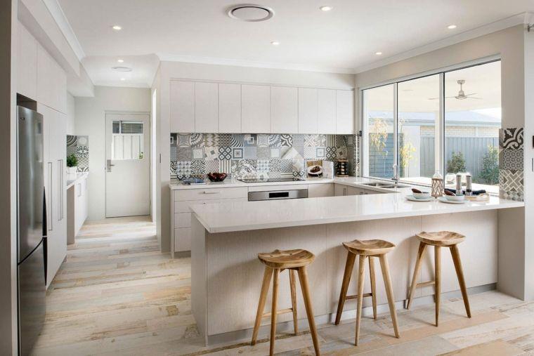 Contemporanea cucina open space mobili bianchi paraschizzi mosaico