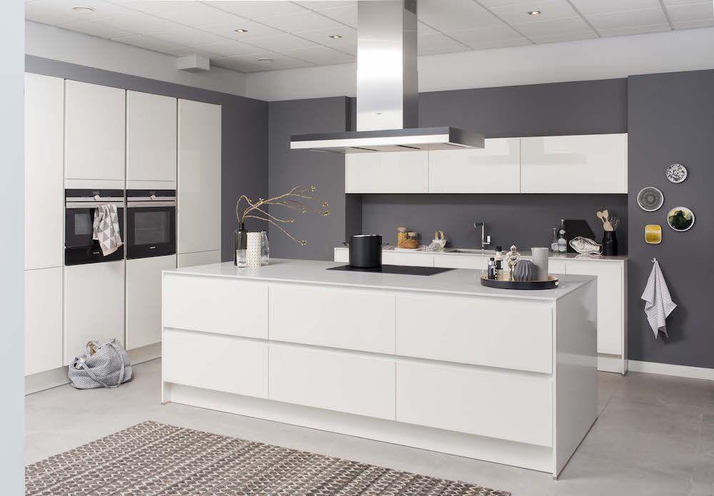 Moderne witte keuken polino met kookeiland grando keukens