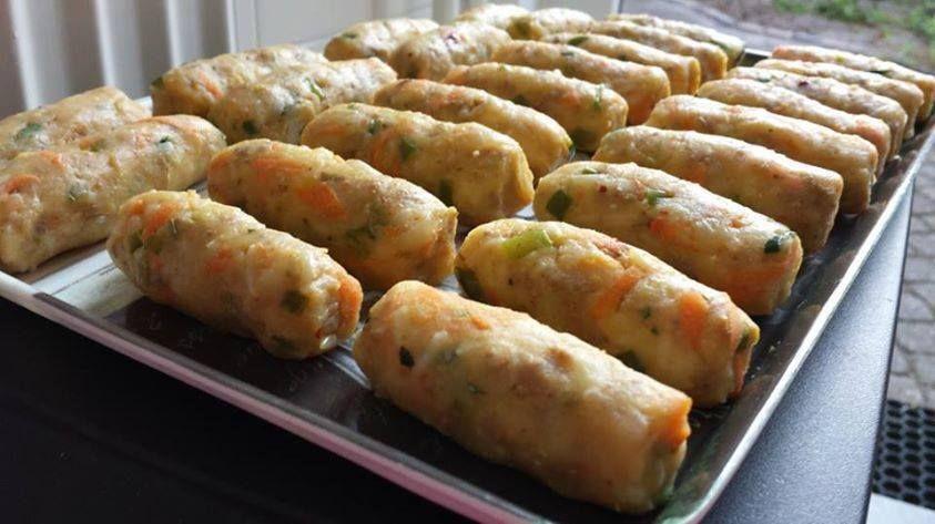 Recept voor aardappelkroketten met gehakt en rijst. Lekker als hapje of bijgerecht! Kook de rijst wat langer dan normaal, dat het beetje plakkerig is. Schil de aardappels en snij ze in grove blokken, water in de pan m