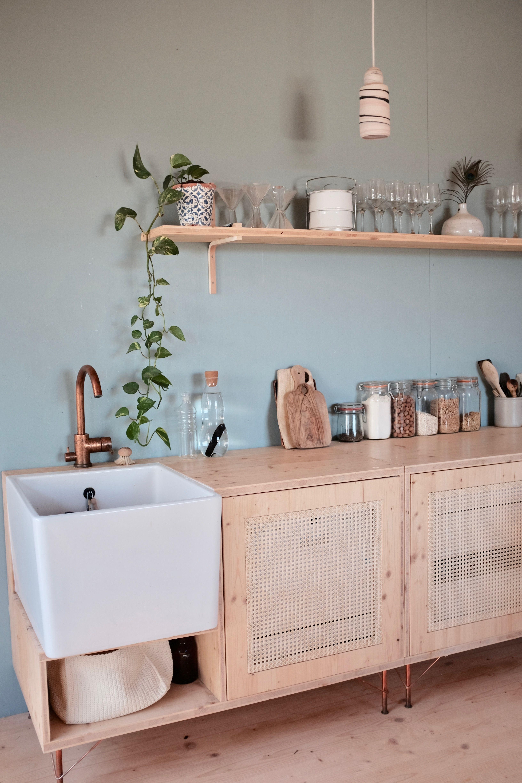 Esprit nature pour cette cuisine en bois naturel, simplement rehaussée par un m…