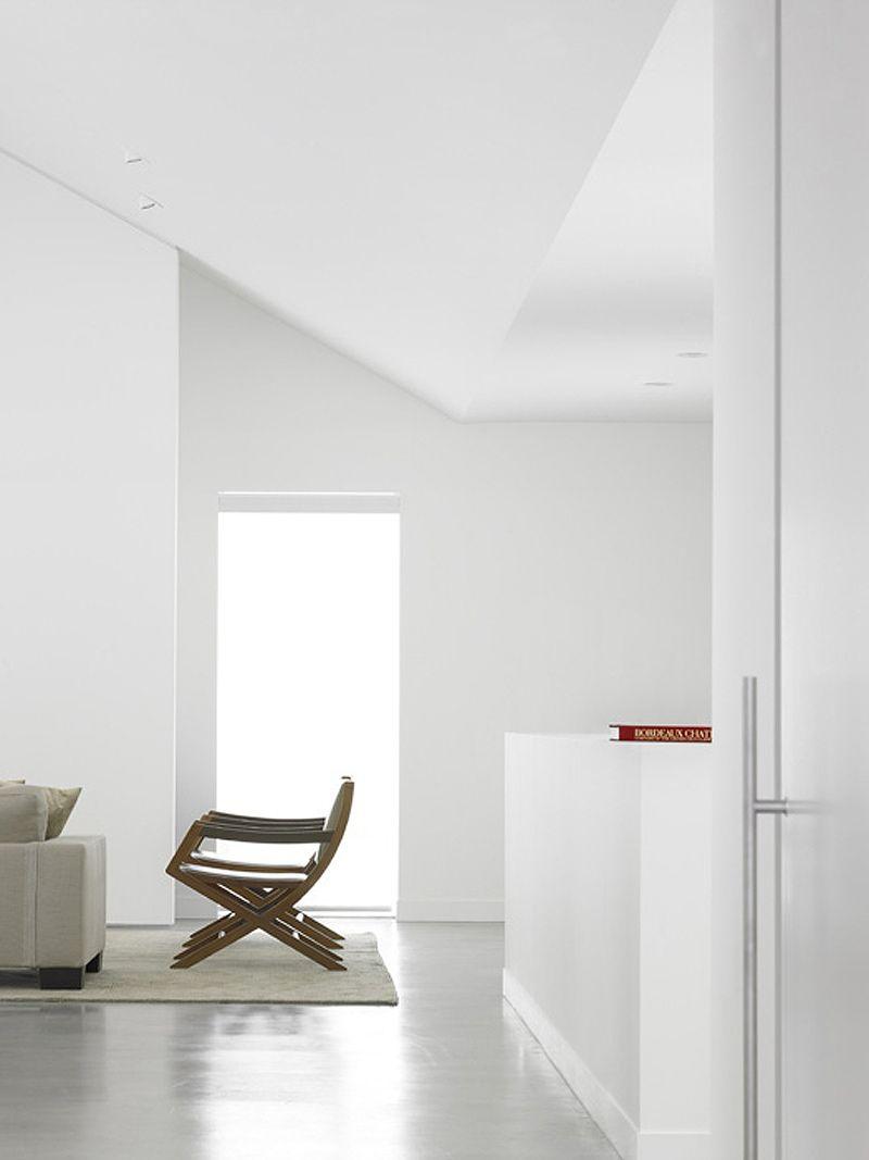 Casa minimalista en un paisaje nevado, por AKB Atelier Kastelic Buffey