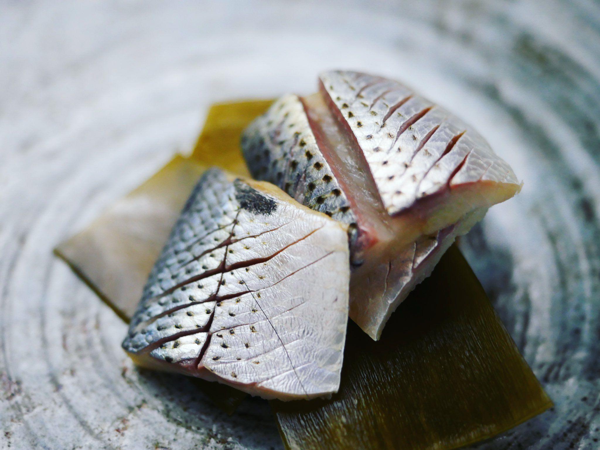 ナカズミ(コハダ)の昆布締め^ ^ コノシロになると骨が気になるけど小さいナカズミならそこまで気にならない #ごはん  #手作り  #日本料理 #寿司  #鮨  #sushi🍣  #sushi  #sashimi  #釣り #熟成魚 #熟成 #コハダ #小肌 #食べ物  #食べ物グラム #kohada  #こはだ #コノシロ #ナカズミ