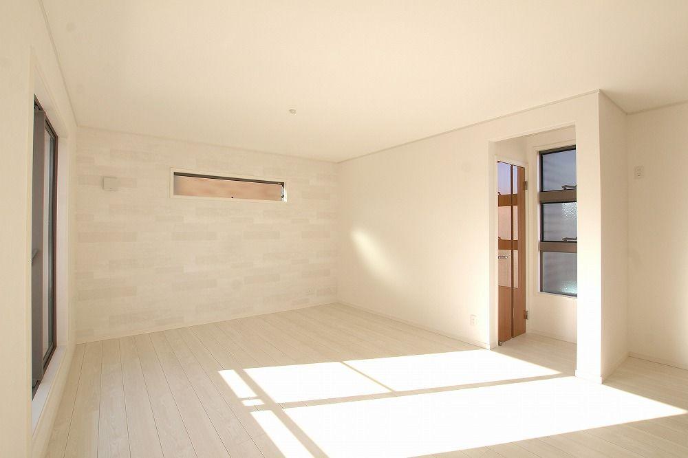 白を基調としたリビングは 窓から明るい陽射しが差し込むことで より