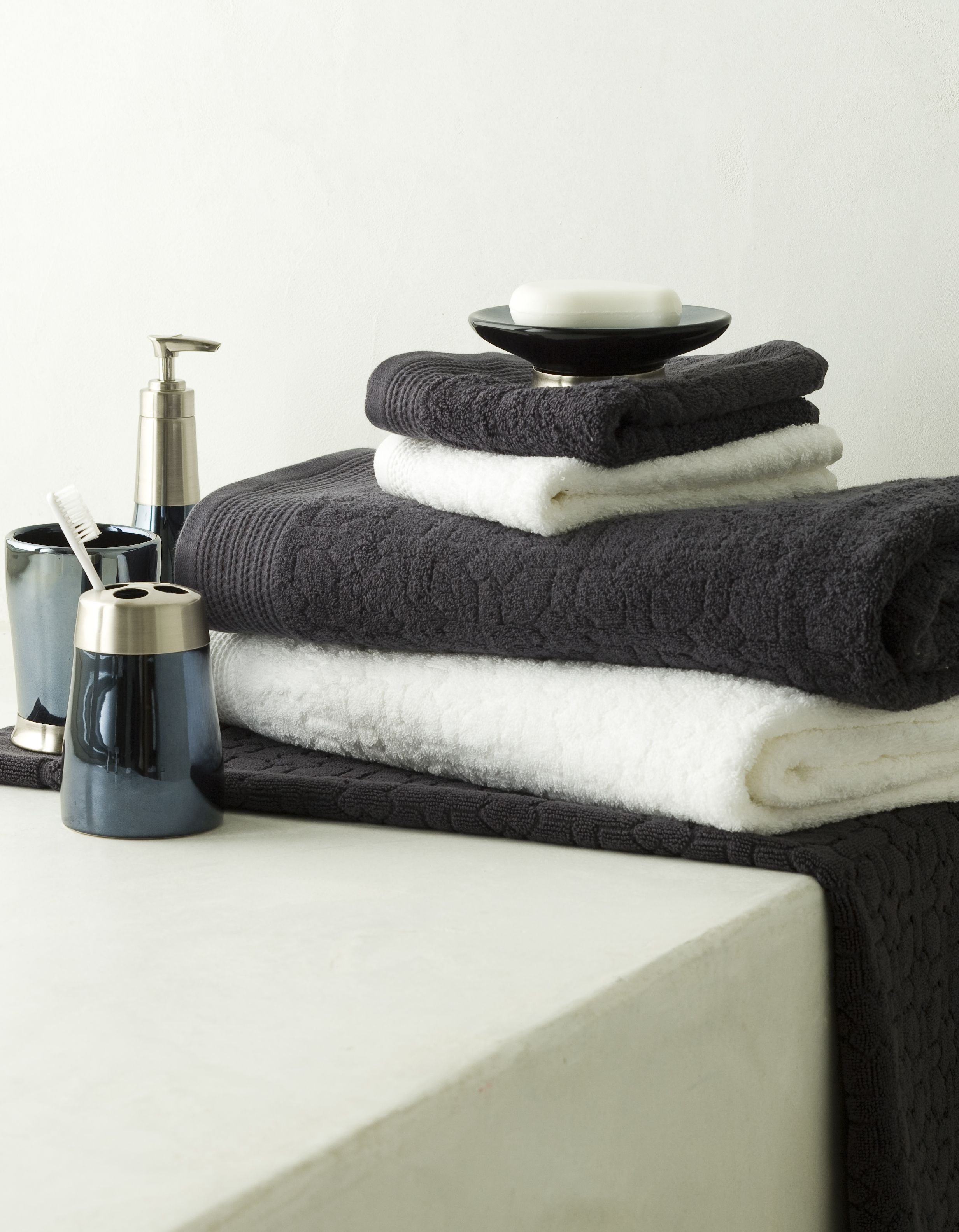 Coordinate your bathroom towels and accessories for Coordinating bathroom accessories