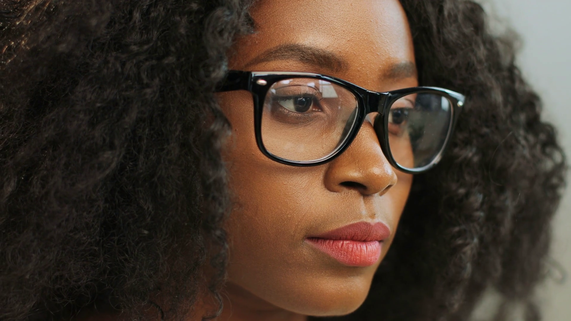 Close Up Of Beautiful Curly Young African American Woman In The Glasses Looking Straight Into The Camera An African American Women Perfect Smile American Women