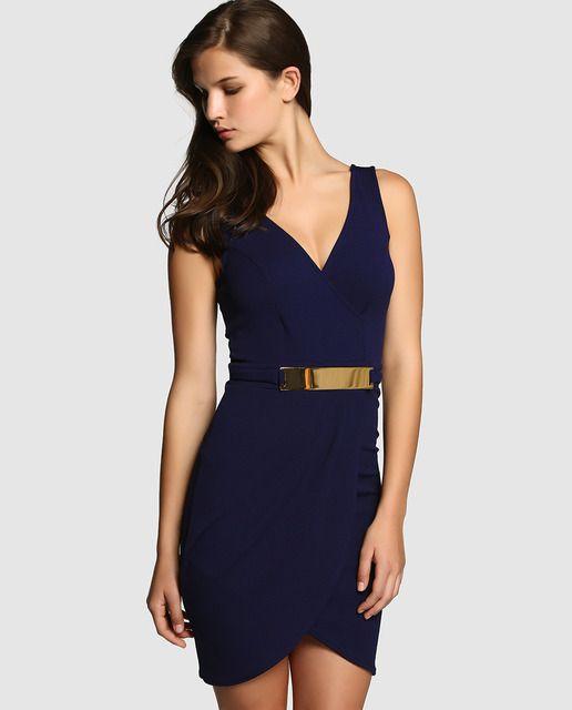 60caca60ba Vestido corto en color azul marino con adorno en la cintura. Sin mangas