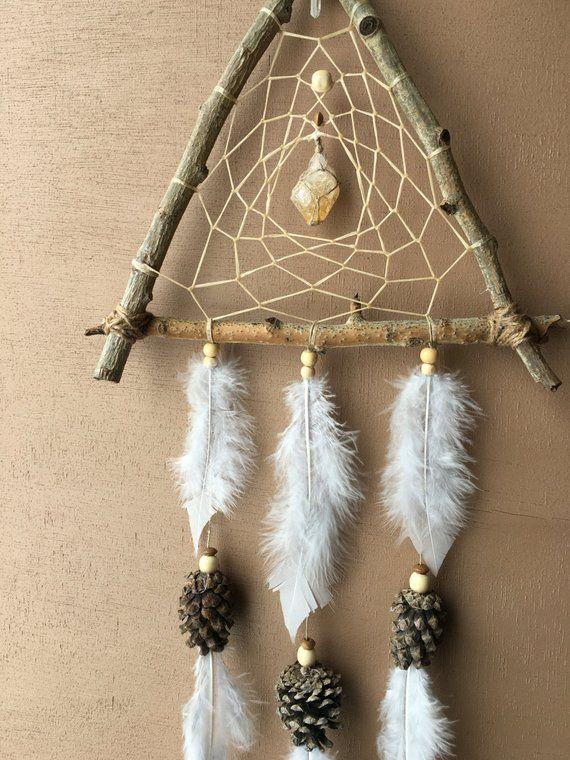 Ähnliche Artikel wie Natürliche Dreieck Traumfänger | Espe Holz, Tannenzapfen, Quarz und Quarz | Handgemachte rustikale Dreamcatcher | auf Etsy