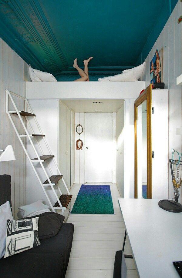 ombouw om de deur naar de woonkamer met aan weerszijden planken voor ...