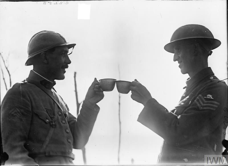 #AFrench and #British soldier toasting each other with ration...: A French and British soldier toasting each other with ration wine during WWI #1917 via reddit https://t.co/9ltgfaovYs http://ift.tt/2nJiUx4