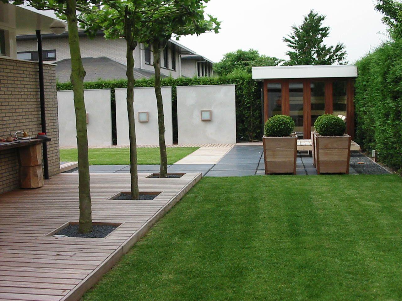 Rustige minimalistische tuin welke door de materiaalkeuzes warm aanvoelt en ergens klassiek aan for Tuin modern design