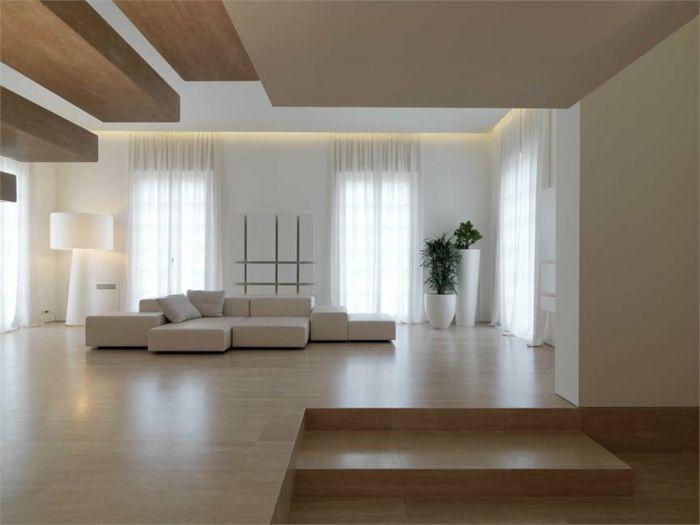 Wohnzimmer In Naturfarben Mit Weisser Couch Zwei Pflanzen Designer Stehlampe Und Laminatboden
