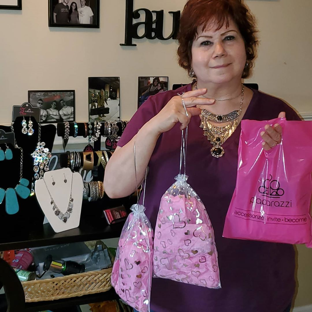 What do you do on a rainy Saturday? Laura Beth shops Paparazzi at Paula's. Nothing better than another happy client!💯❤ @oficialpapparazzi #jewelry  #feelgood #$5  #happy #noguilt #thinkpink