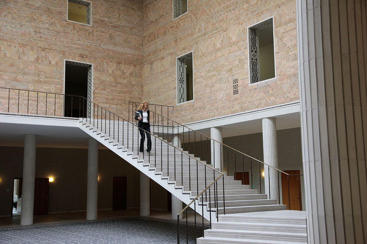 Die Eingangshalle Der Allianz In Der Koniginstrasse Munchen Schwabing Das Gebaude Wurde In Den 1950er Jahren Von Dem Munchn Architecture Stairs Main Entrance