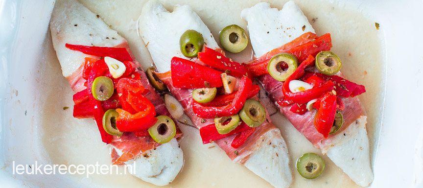 Vis uit de oven met spaanse ham, olijven en paprika. Lekker bij de tapas of samen met patatas bravas.