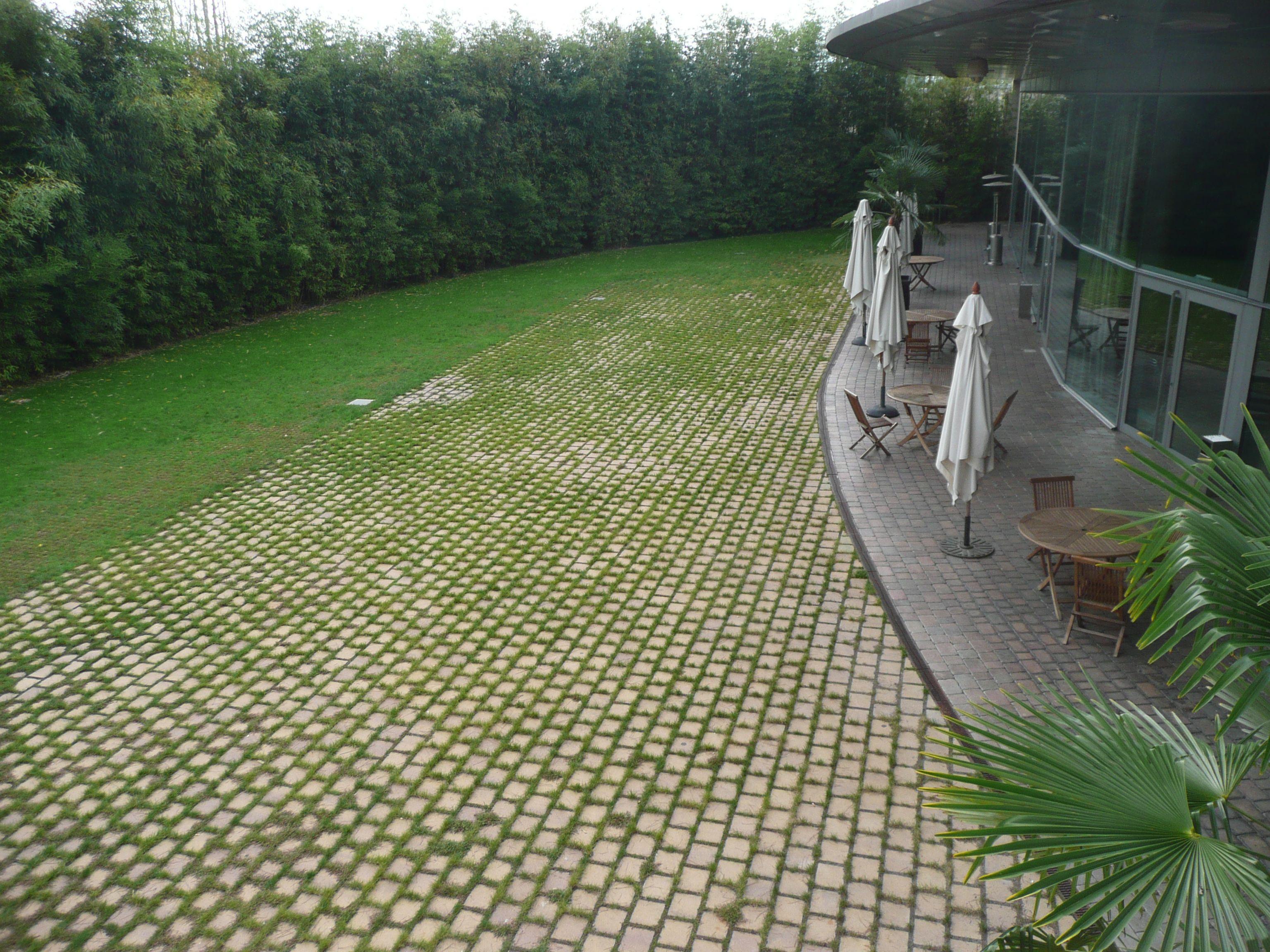 Terana green en hotel sant cugat adoqu n drenante permeable paver cesped cemento breinco - Jardines con adoquin ...