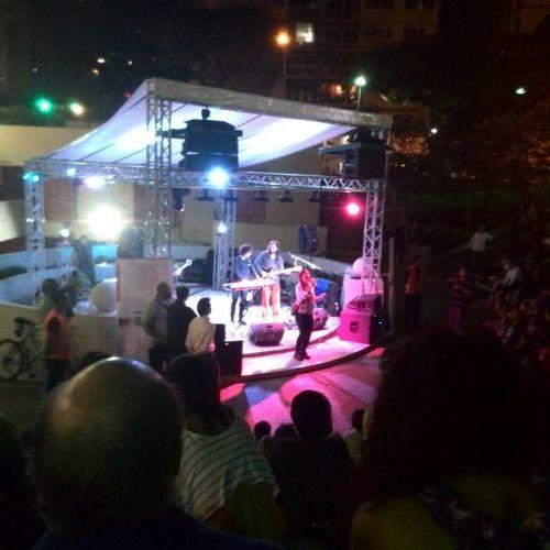 Anoche @mariacasemprun improvisa en forma  espectacular en concierto de los Beat3 en Festival de la Lectura de Chacao