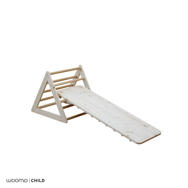Para nuestra línea de mobiliario infantil utilizamos materiales respetuosos con el medio ambiente y con la salud de los niños:  - Madera natural de abeto  - Tornillos de Zinq y Niquel  - Acabado en barniz al agua Satinado (Opcional)  - Producto artesanal  ................................  Características:  Rampa de madera maciza y triángulo pequeño, inspirada en las propuestas pedagógicas de Emmi Pikler, basadas en el respeto y la confianza por las capacidades y la autonomía real de los…