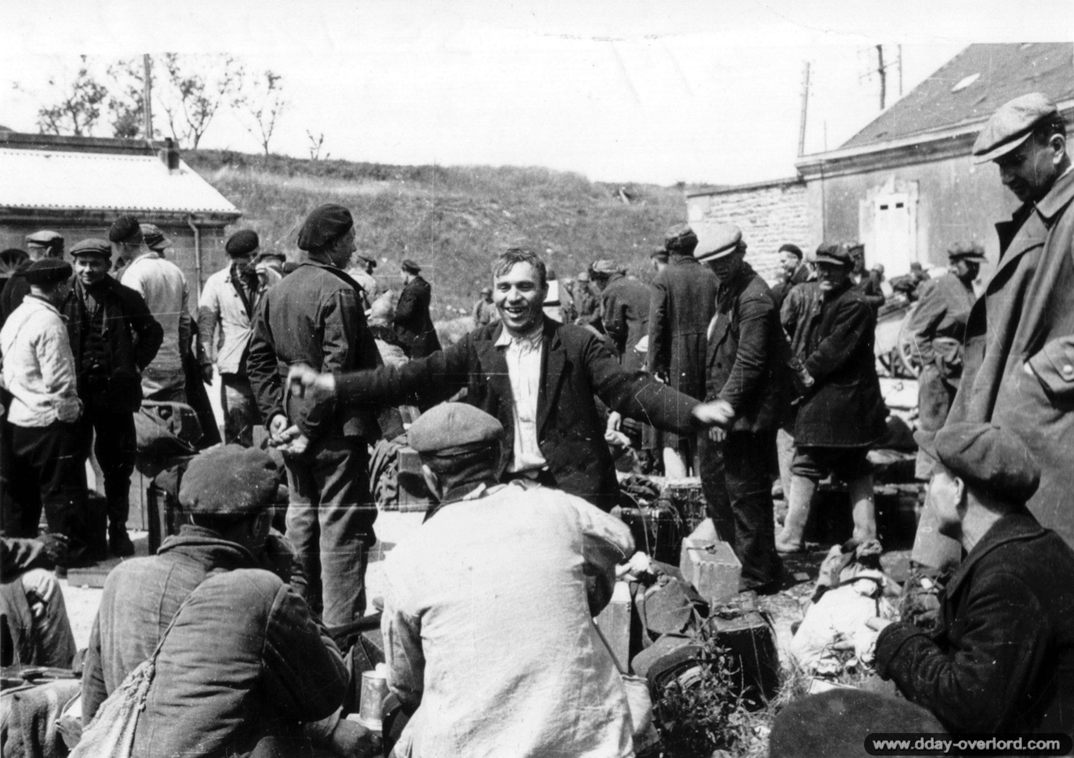 28 juin 1944: des travailleurs forcés soviétiques fêtent l'arrivée des Américains, Cherbourg.