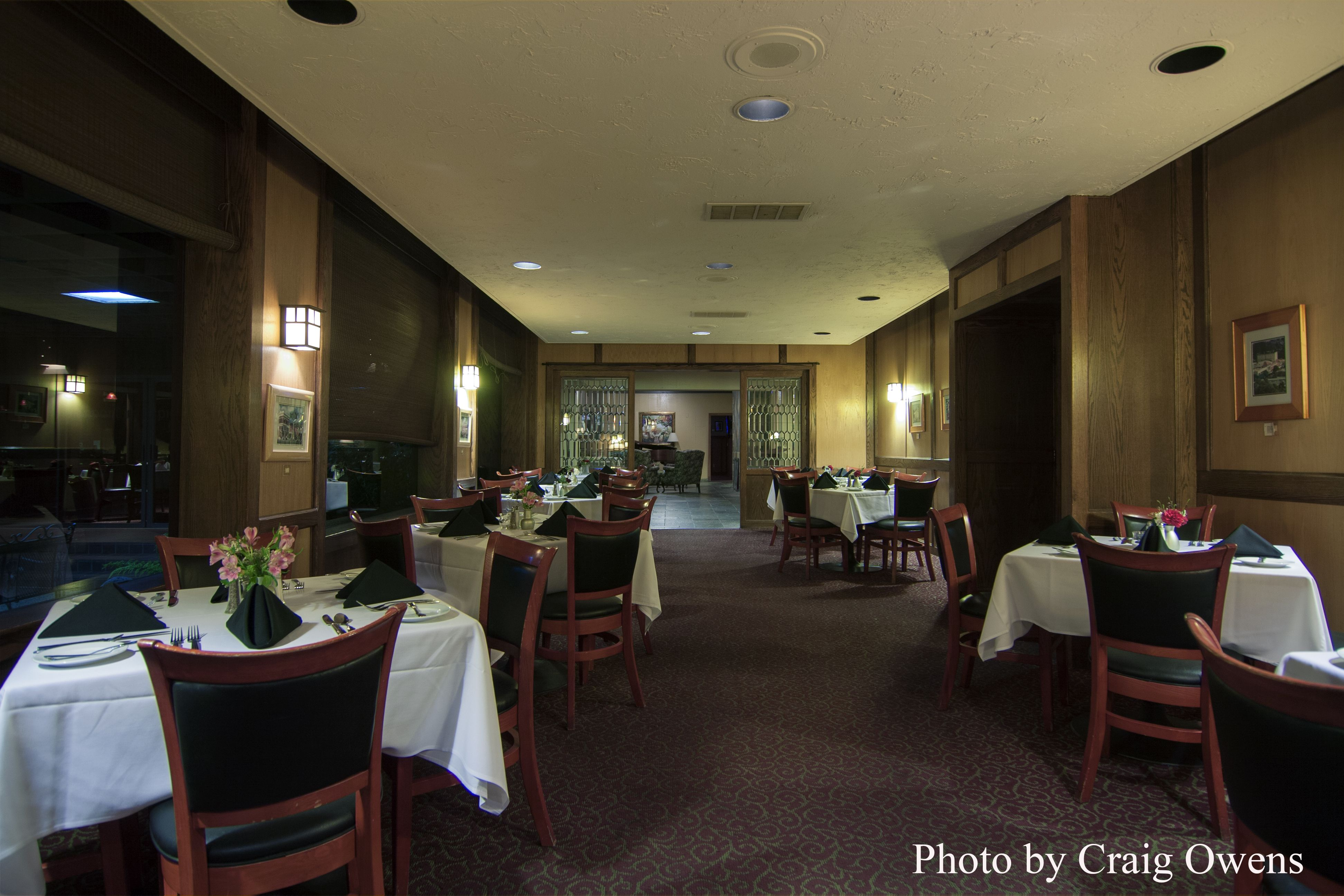 The dining room of the Pierpont Inn in Ventura, California ...