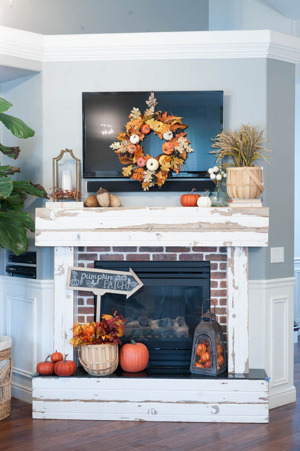 GroB Fall Mantle Decorating Ideas With Pumpkins Leaves And Wheat