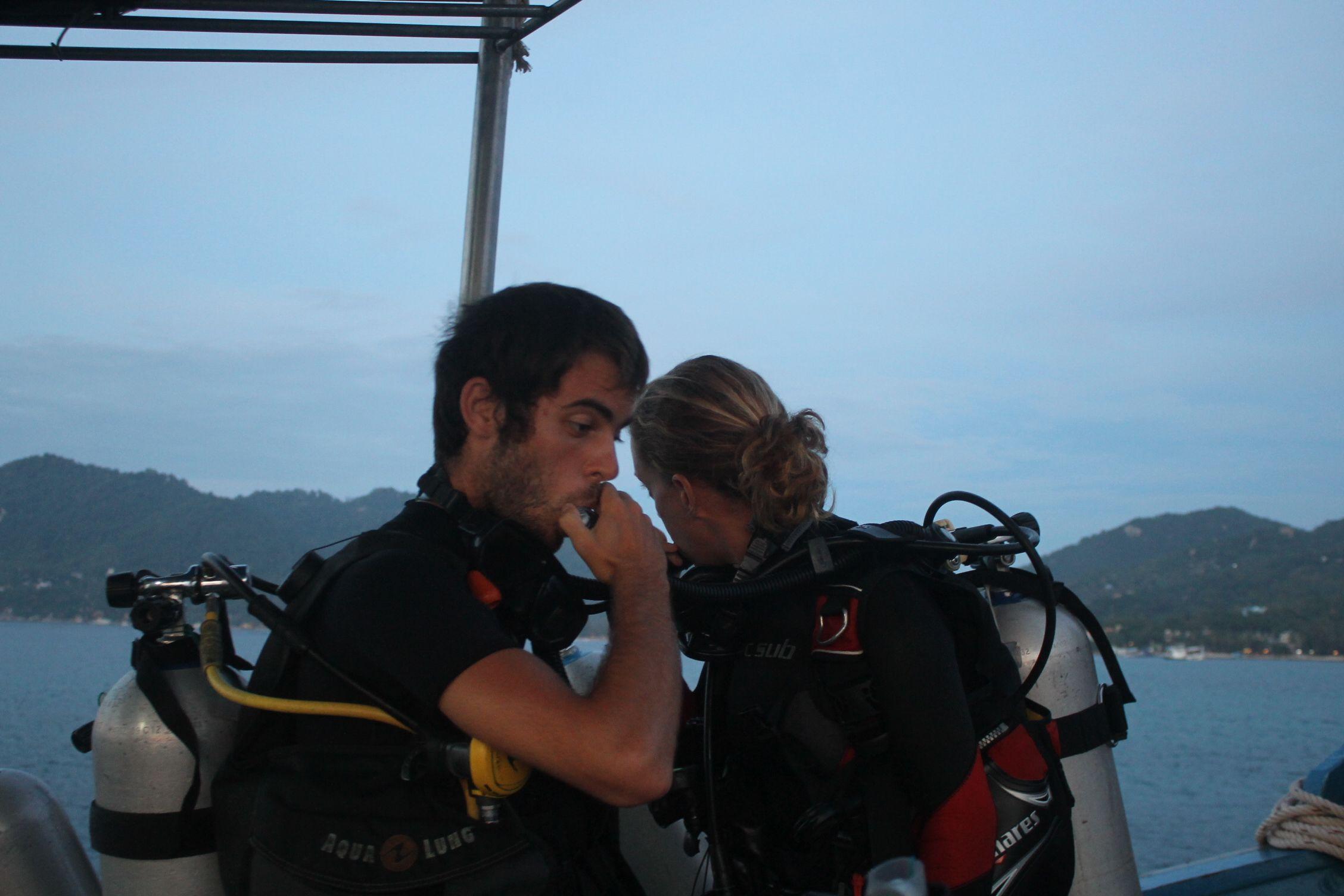 Dani preparando el salto para el buceo nocturno con Carmen, la instructora