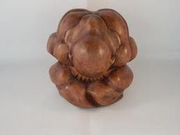 Yogiman of orang malu dit beeld stelt een in zichzelf gekeerde mediterende man voor een - Salontafel herbergt de wereld ...