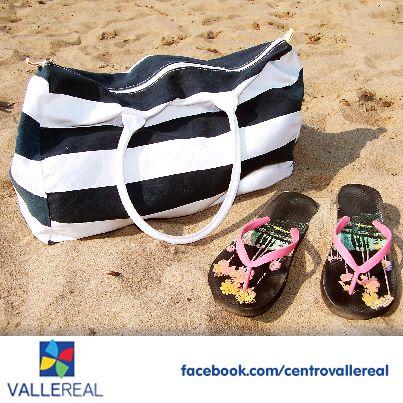 ¿Toda la familia a la playa? ¿No sabes que llevar en la bolsa?  Sigue estos consejos para que no parezcas un caracol con la casa a cuestas.