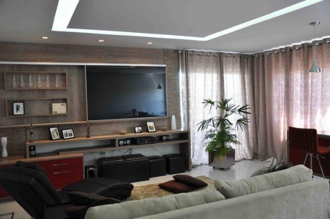 Wohnzimmer-modern-gestalten-holz-tv-wand-lila-schiere-gardinen ... Wohnzimmer Modern Gestalten