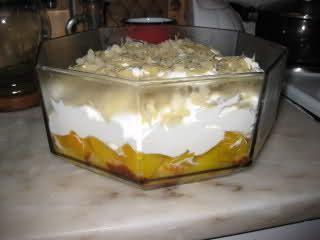 Trifle de pêssegos e natas