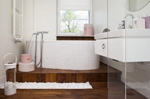 Fantastisch Badideen Fliesen Holzoptik Weiße Badewanne Dekokies Rosa Akzente