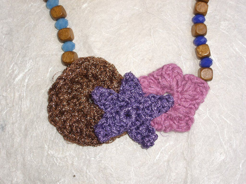 Collana in legno e filati vari lavorati a uncinetto sui toni del viola e del rosa, by The Magic Daisy, 15,00 € su misshobby.com