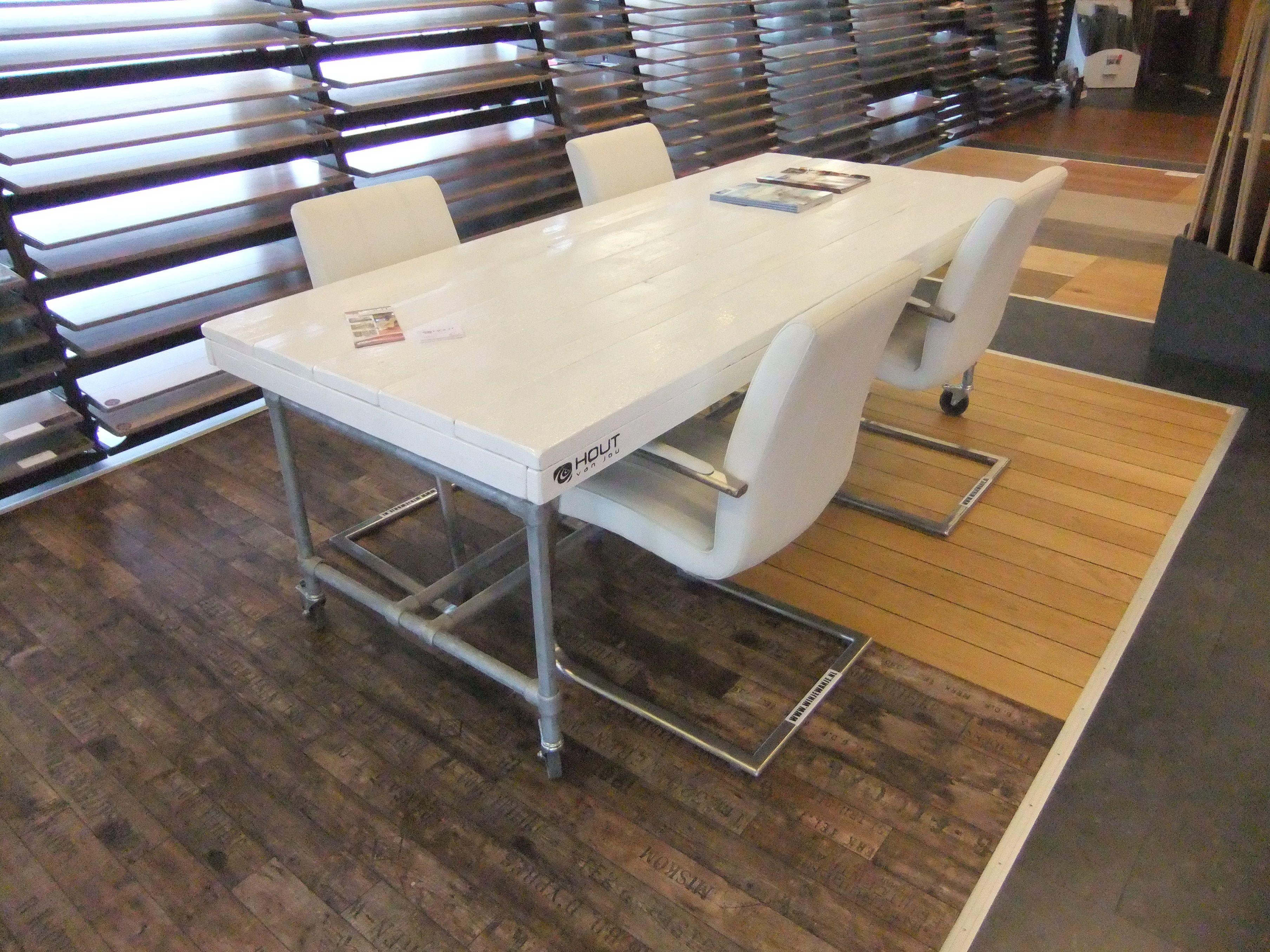 Hoogglans Witte Tafel : Tafel van steigerhout met stalenbuizen frame type croomer tafel