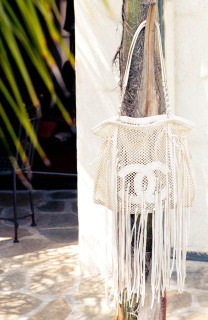 I love this beachy Chanel bag:)