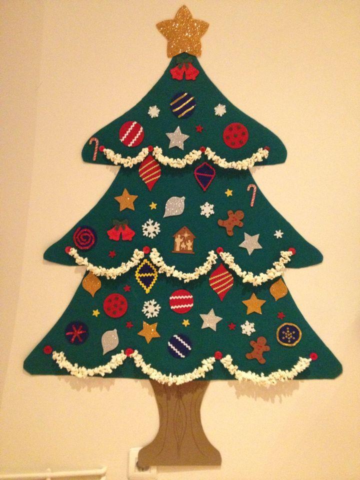 Un árbol de Navidad con el q pueden jugar todo lo que quieran porque los adornos no llevan pegamento pero se adhieren a la base sin problemas. Todo es de fieltro