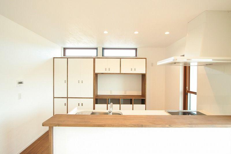 ホームエレベーターのある白い3階建ての家 加度商の写真集 広島県尾道