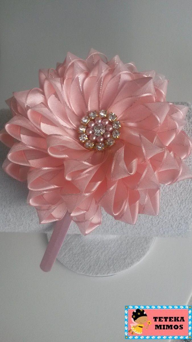 Tiara com flor de fita de organza. Pode ser confeccionada em várias cores  tais como  rosa 36001ca602a