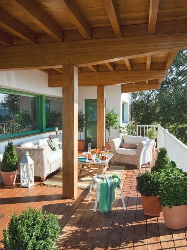 Terrassengestaltung Toskana Flair Holz Boden überdachung Grüne Pflanzen Deko